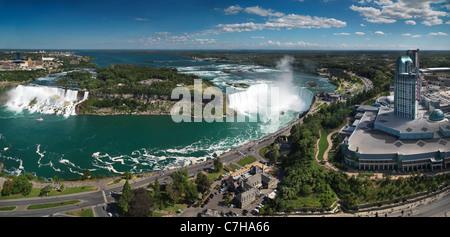 Antenna di panoramica vista sulle cascate del Niagara dal Canada lato con cascate Americane sulla sinistra e il Foto Stock
