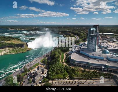 Vista aerea sulle Cascate del Niagara in Canada e a ferro di cavallo Fallsview Casino. Ontario, Canada 2011. Foto Stock