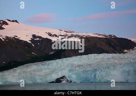 Alba sul ghiacciaio Aialik e Aialik Bay, il Parco nazionale di Kenai Fjords, vicino a Seward, Alaska. Foto Stock