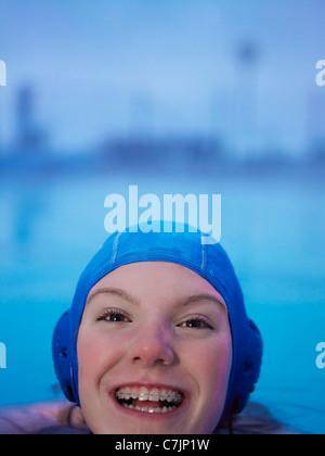 Donna in parentesi graffe nuoto Foto Stock