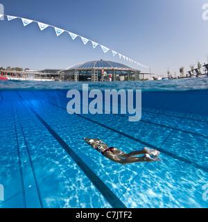 Un nuotatore femmina la formazione in un'aria aperta la piscina olimpionica (Francia). Vista subacquea. Foto Stock