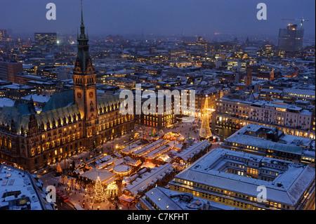 Amburgo tradizionale Mercatino di Natale, Rathausmarkt Square, Municipio, neve, la città di Amburgo, Germania, Europa