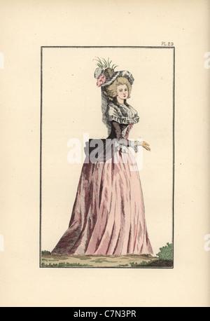 Donna in taffettà puce caraco oltre un petticoat di taffetà rosa. Foto Stock 1770028e31a3