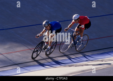 Ciclista maschio concorrenti sulla pista del velodromo. Foto Stock