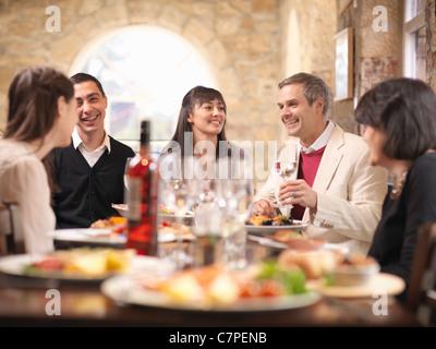 Persone mangiare insieme nel ristorante Foto Stock