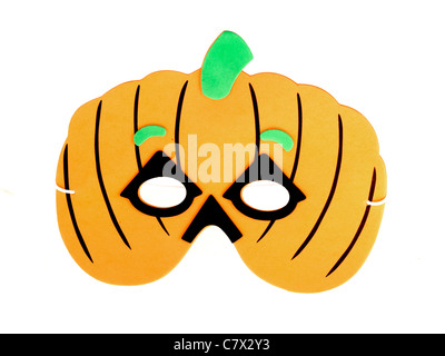 Bambini Maschera di Halloween a forma di zucca contro uno sfondo bianco con un ritaglio Psath e nessun popolo