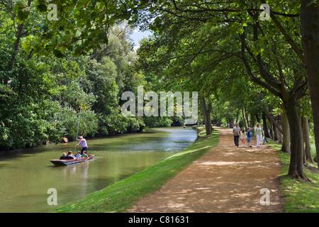 Punting sul fiume Cherwell e a piedi lungo le sue rive vicino a Chiesa di Cristo Prato, Oxford, Oxfordshire, England, Regno Unito Foto Stock
