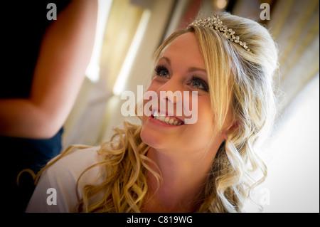 ... Un trattamento di bellezza per la donna giovane sposa ottenere pronto  per il suo giorno di 341b437f9fa4