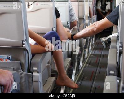 Aereo passeggeri seduti ai loro posti a bordo dell aereo con cabina sia rilassata e nervoso volantini su un itinerario Foto Stock
