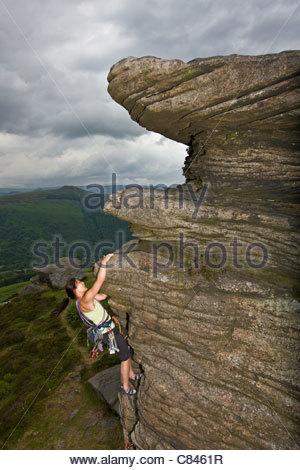 Scalatore di ridimensionamento in scala ripida roccia Foto Stock