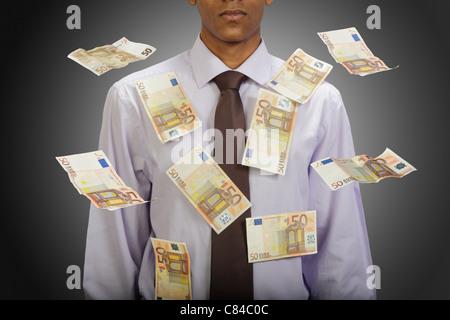Le banconote in euro battenti intorno all uomo d affari Foto Stock