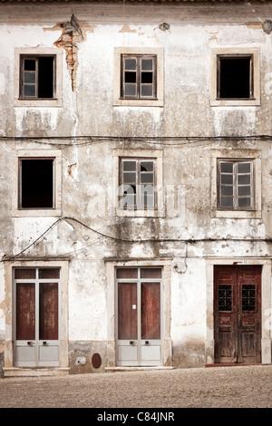 Il vecchio edificio abbandonato facciata Foto Stock
