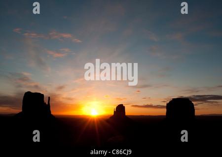 Il Monument Valley di sunrise Foto Stock