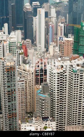 Vista panoramica dell'Isola di Hong Kong grattacieli dal picco a piedi e il Victoria Peak Garden Hong Kong Cina Foto Stock