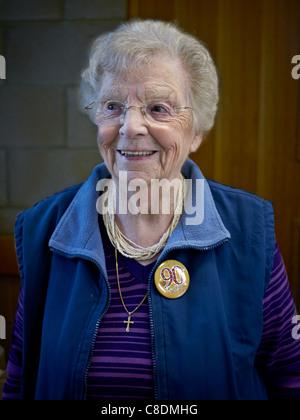 90 anno vecchia signora per il suo compleanno e indossando un apposito badge da bavero. Inghilterra UK Europa nonagenarian Foto Stock