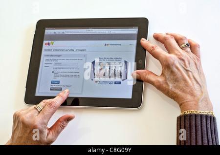 Senior donna tramite iPad Foto Stock