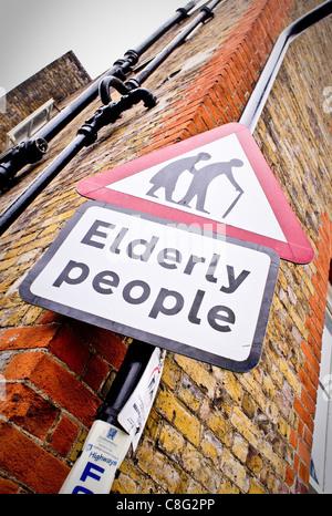Gli anziani cartello segnaletico Bury St Edmunds, Regno Unito Foto Stock
