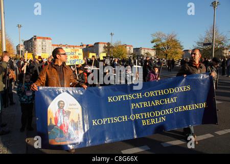 Dimostrazione della Chiesa Copta Ortodossa di Berlino contro l'omicidio dei copti ortodossi cristiani in Egitto Foto Stock