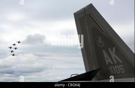 """Sei Air Force Thunderbird F-16 Fighting Falcons volano insieme in formazione dietro il F-22 Raptor per più di 6,000 spettatori durante l'airshow del giugno 24 alla base dell'aeronautica Eielson Alaska. Lo spettacolo aereo """"Saaring into Soltice"""" ha offerto alla comunità locale l'opportunità di visitare e ammirare da vicino le capacità dell'aereo dell'Aeronautica militare."""
