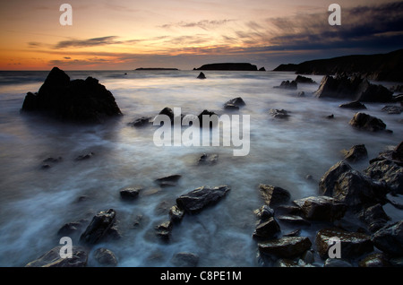 Crepuscolo presso Marloes, guardando verso Gateholm e isole Skokholm, Pembrokeshire, West Wales. Foto Stock