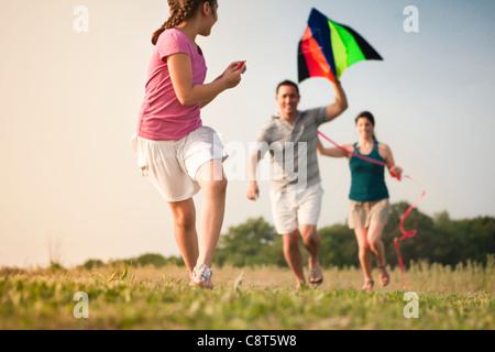 Famiglia aquilone volante insieme Foto Stock
