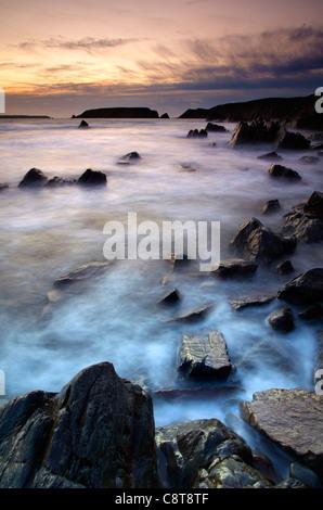 Marloes sands guardando verso Gateholm Isola e Skokholm Island, crepuscolo. Foto Stock