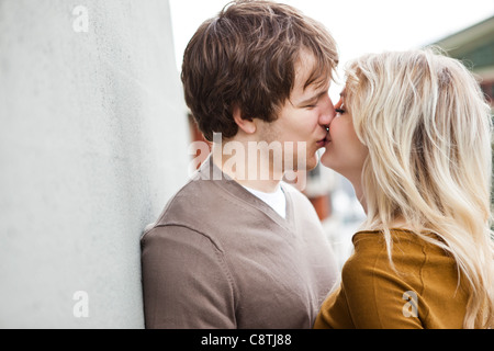 Stati Uniti d'America, Washington, Seattle, coppia giovane kissing Foto Stock