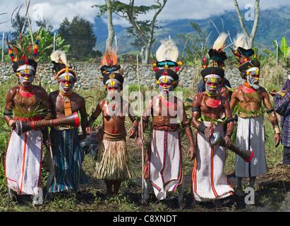 Gli artisti interpreti o esecutori tribali a Mt Hagen Visualizza in Papua Nuova Guinea indossando uccello del paradiso Foto Stock