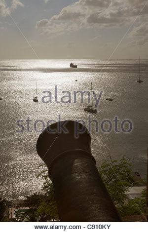 I Paesi Bassi, Oranjestad, Sint Eustatius Isola, olandese dei Caraibi. Oranjestad Bay da fort. Cannone Foto Stock