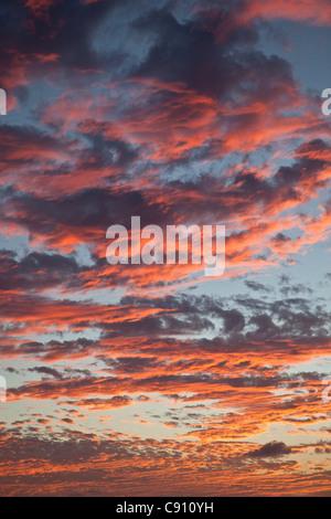 I Paesi Bassi, Oranjestad, Sint Eustatius Isola, olandese dei Caraibi. Il tramonto. Le nuvole colorate.