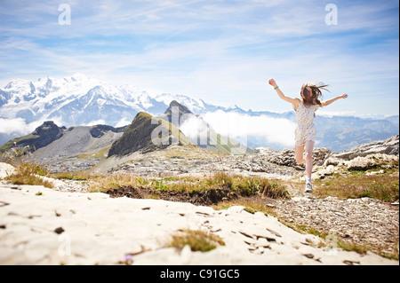 Ragazza camminare nel paesaggio roccioso Foto Stock