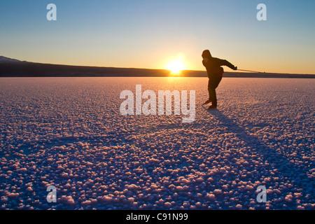 L'uomo Nordic Ice Skating congelato sul lago Skilak, Penisola di Kenai, centromeridionale Alaska, inverno Foto Stock
