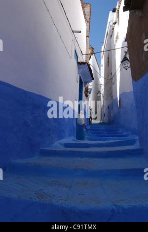 Blu e bianco verniciato street a Chefchaouen, Marocco. Foto Stock
