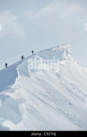 Backcountry sciatori sul crinale delle POM ciotola in Turnagain Pass, Chugach National Forest centromeridionale Foto Stock