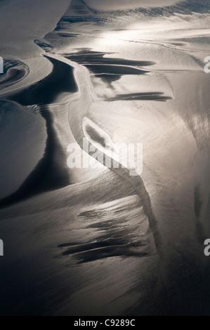 Vista aerea di luce del sole riflette il fango e limo del braccio Turnagain centromeridionale, Alaska, estate Foto Stock