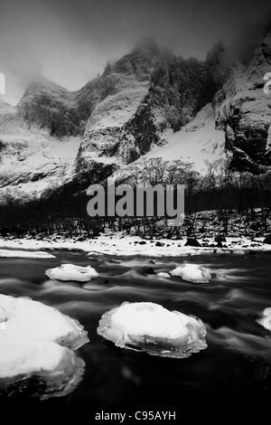 Rauma del fiume e i 3000 piedi verticale Parete Troll (superiore,a destra del centro) in valle Romsdalen, Rauma Foto Stock