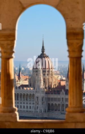 Budapest, Parlamento ungherese edificio vista dal Bastione dei Pescatori Foto Stock
