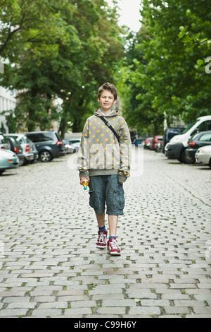 Germania Berlino, ragazzo in piedi in strada