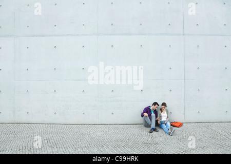 Germania, Berlino, giovane utilizzando laptop sulla scaletta