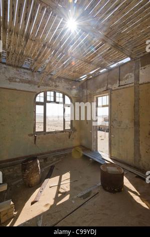 Le ombre in una stanza in una casa abbandonata in Kolmanskop un ex miniera di diamanti in Namibia Foto Stock