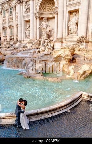 Coppia sposata baciare dalla Fontana di Trevi Foto Stock
