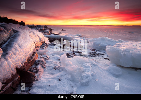 Splendido tramonto in inverno dall'Oslofjord presso l'isola Jeløy, Moss kommune, Østfold fylke, Norvegia. Foto Stock