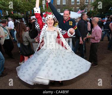 Oltre 500 persone godendo il Bank Holiday Street festa per celebrare il Giubileo di diamante nel weekend di Kennington Foto Stock