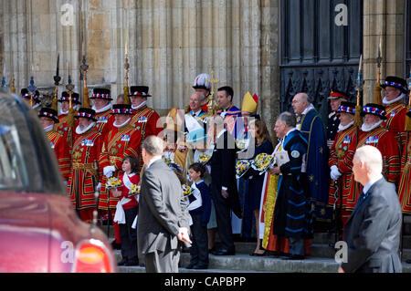 Regina Elisabetta II accompagnata dal Principe Filippo e dalla Principessa Beatrice sui gradini del fronte ovest di York Minster dopo il servizio di Giovedi Maundy quando ha distribuito Maundy Money a 86 uomini e 86 donne York North Yorkshire Inghilterra Regno Unito GB Gran Bretagna
