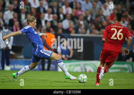 19/05/2012 Monaco di Baviera, Germania. Del Chelsea avanti spagnolo Fernando Torres e Bayern tedesco della defender Foto Stock