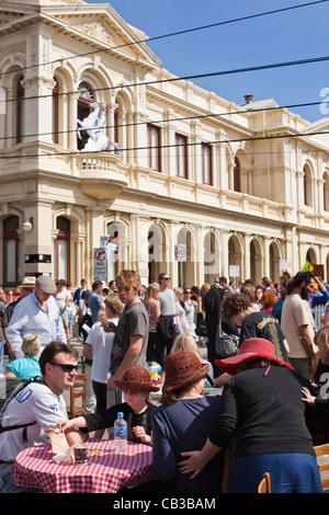 High Noon comunità festival è un locale Northcote Music Fest di Melbourne, Australia familiare godetevi café tabella Foto Stock