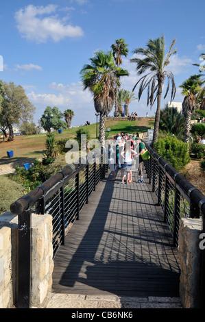 I turisti che desiderano sul ponte nella Vecchia Jaffa , Israele, Asia, Mediterraneo Foto Stock