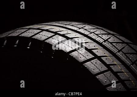 Parte del nuovo pneumatico auto. Composizione orizzontale. Foto Stock