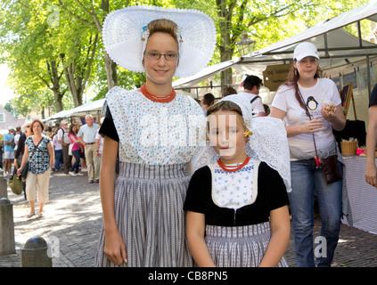 43fb182dca45 ... Foto di due ragazze in un costume tradizionale mercato della città di  Veere - Walcheren