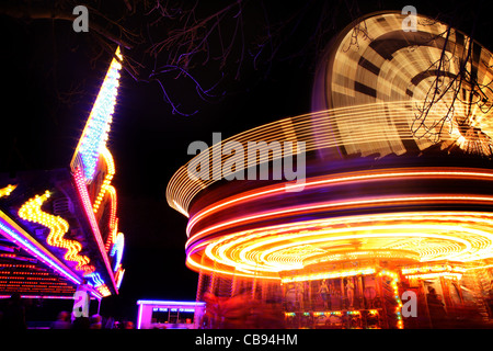 Giostra in movimento durante la notte Foto Stock